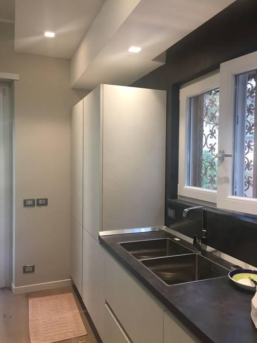 Angolo cottura: Cucina in stile  di Architetto Roberta Rinaldi