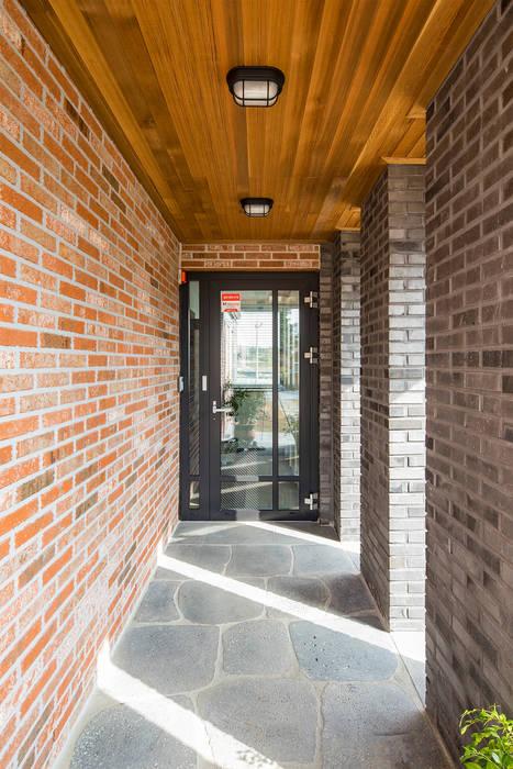 Pasillos, vestíbulos y escaleras de estilo moderno de 바이제로 Moderno