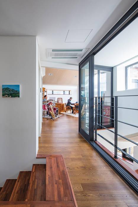 Salas de estilo moderno de 바이제로 Moderno