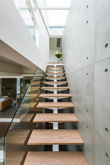 白屋居所:  樓梯 by 御見設計企業有限公司