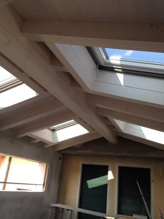 velux e tetto travato: Villa a schiera in stile  di studio arch sara baggio