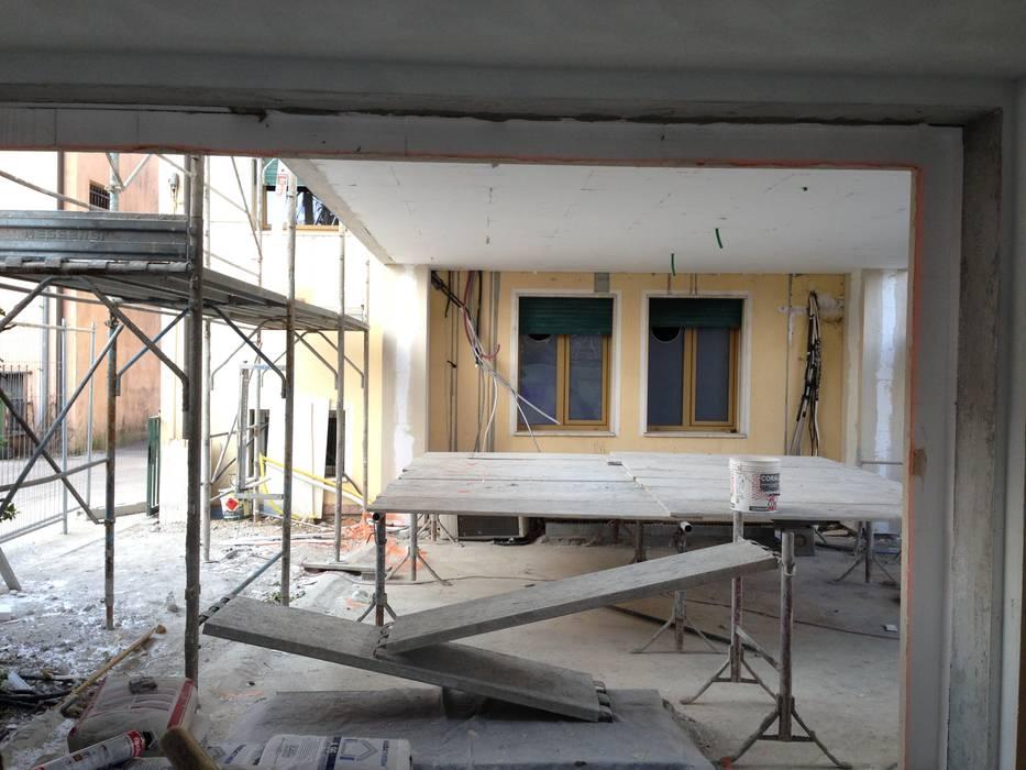 sotto il ponte ;): Doppio garage in stile  di studio arch sara baggio