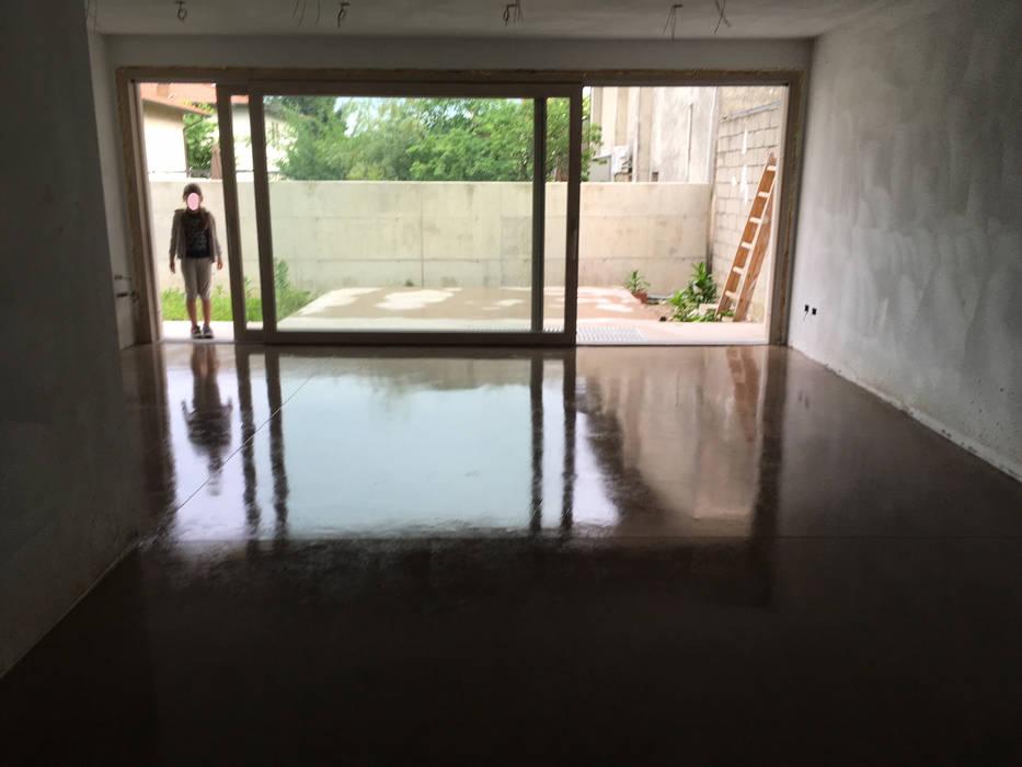 MICROCEMENTO PAVIMENTO: Doppio garage in stile  di studio arch sara baggio