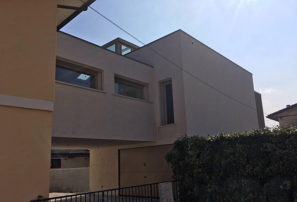 ristrutturazione e ampliamento : Villa a schiera in stile  di studio arch sara baggio
