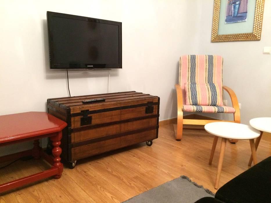 Móveis com tradição: Sala de estar  por Inês Florindo Lopes