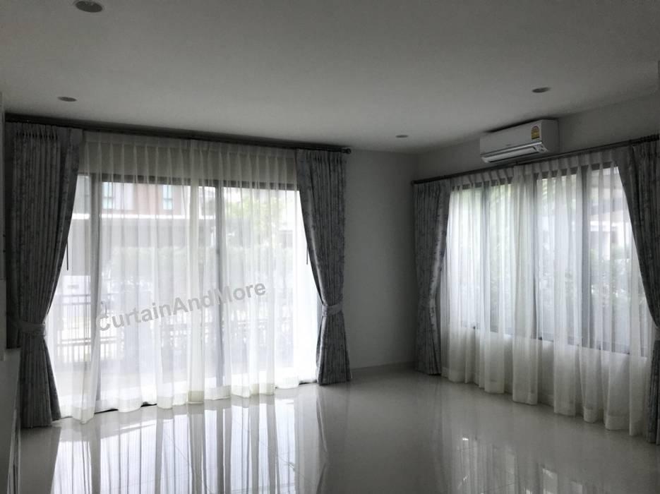 ผ้าม่านสองชั้น ส่วนนั่งเล่น:  ห้องนั่งเล่น โดย CurtainAndMore, ผสมผสาน