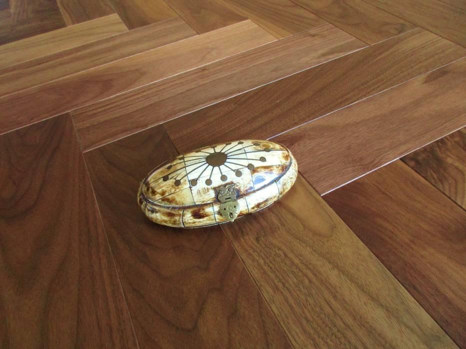 SPINA ITALIANA NOCE NERO USA SUPERIOR: Pavimento in stile  di Ciambella Legnami Srl