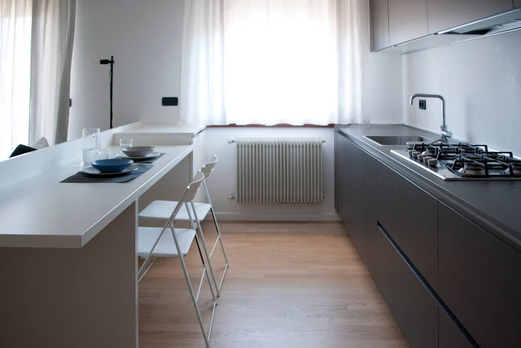 La cucina: Cucina in stile in stile Moderno di Margherita Mattiussi architetto