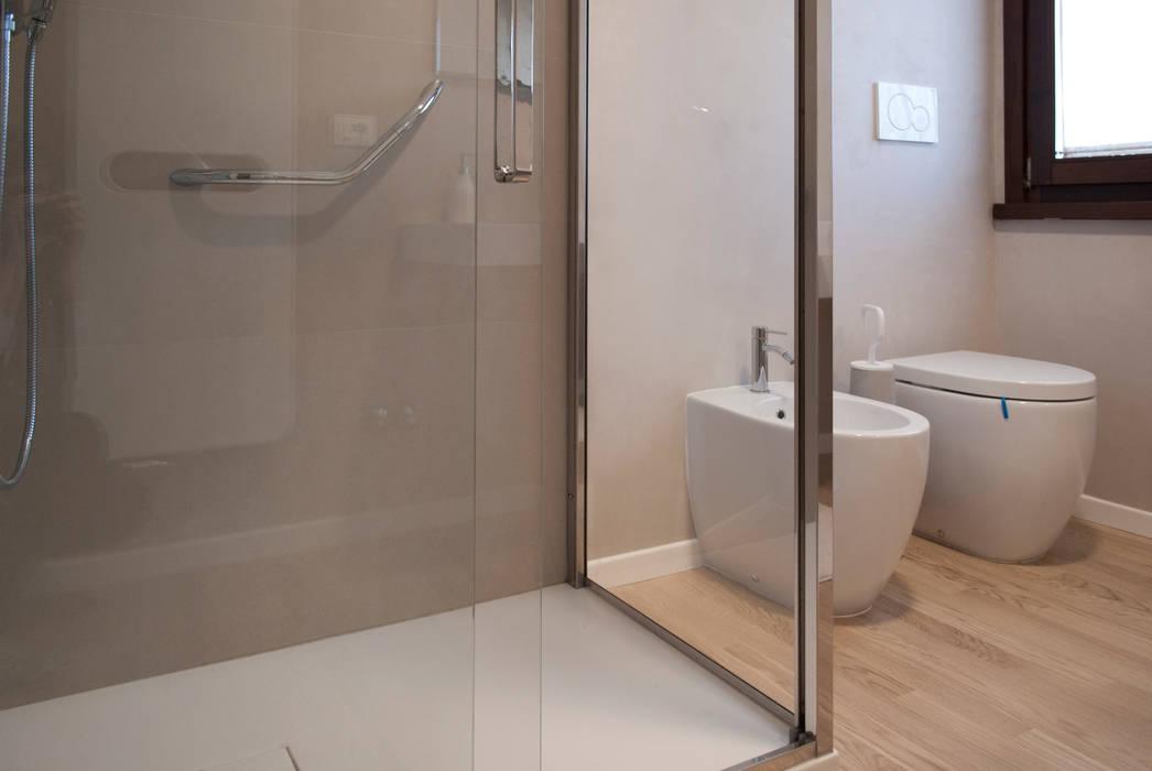 Il bagno: Bagno in stile in stile Moderno di Margherita Mattiussi architetto