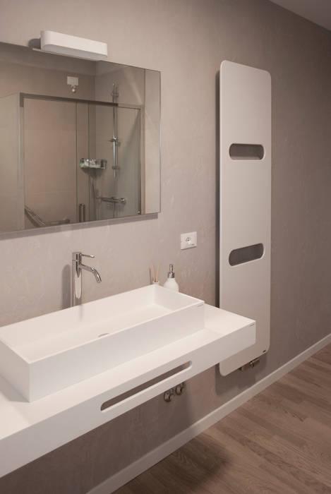 Il bagno e i suoi dettagli: Bagno in stile in stile Moderno di Margherita Mattiussi architetto