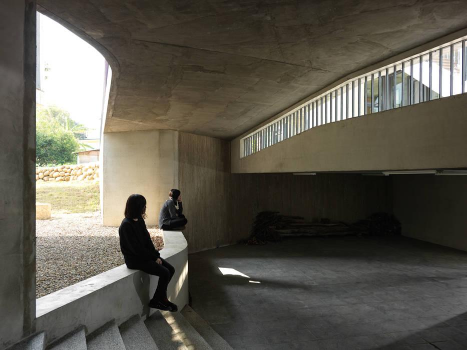 關西杜宅:  車庫/遮陽棚 by 形構設計 Morpho-Design