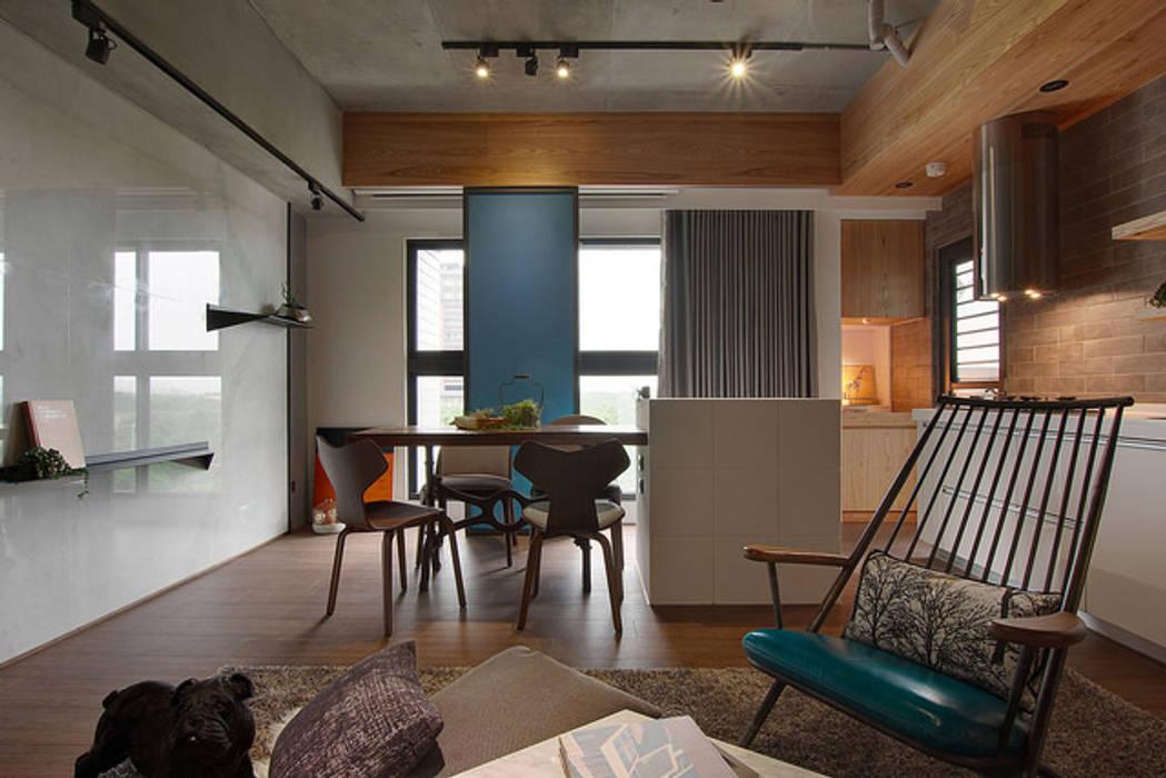 拼貼旅居:  客廳 by 御見設計企業有限公司