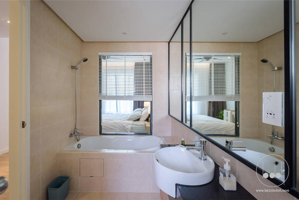NAUTICA LAKESUITES CONDOMINIUM , KL:  Bathroom by BND STUDIO