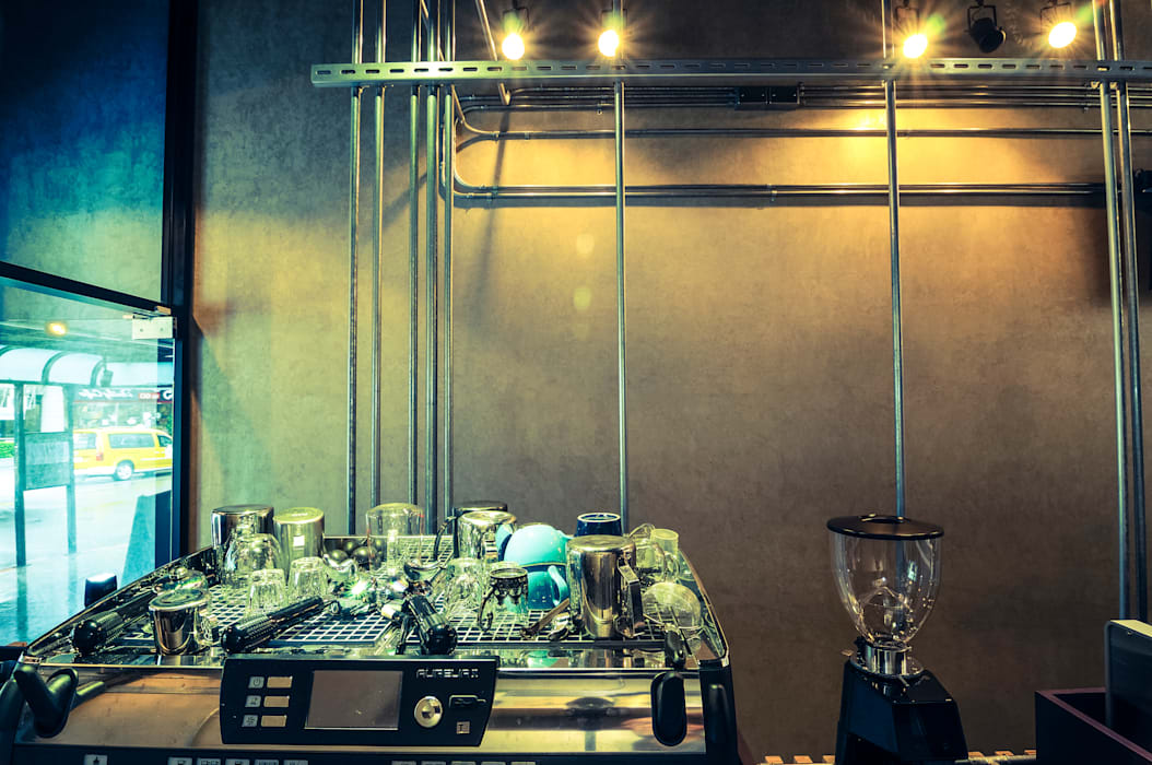 High-Tech _ Lofting Coffee _ Inside_F:  辦公室&店面 by 泫工所構築設計研究室