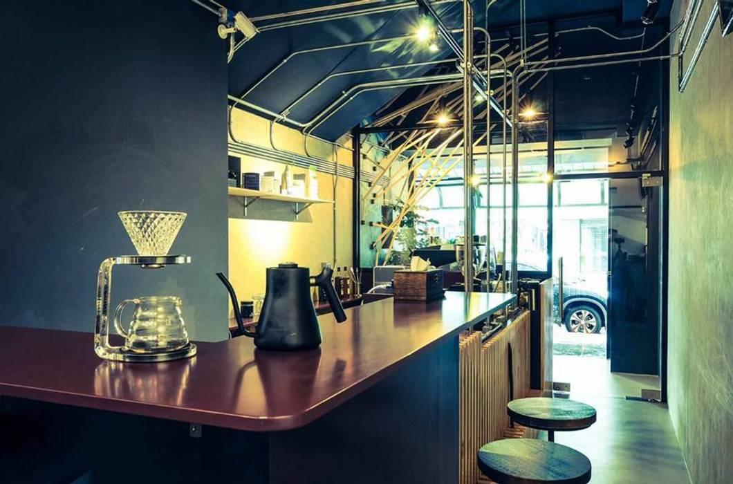High-Tech _ Lofting Coffee _ Inside_C:  辦公室&店面 by 泫工所構築設計研究室