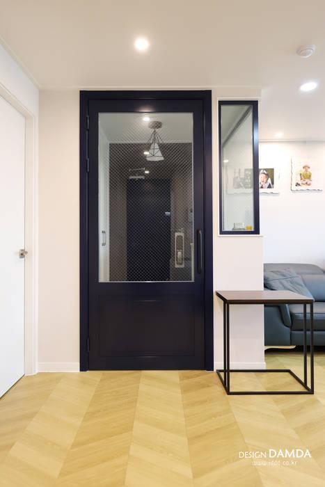 Коридор, прихожая и лестница в модерн стиле от 디자인담다 Модерн