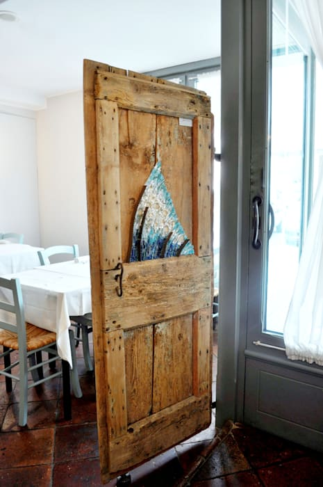 """""""Porta"""", quadro a mosaico, misure:70x175cm.  - non più disponibile -: Ingresso & Corridoio in stile  di Rossella Casadio"""