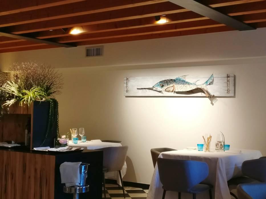 """""""Sega"""", quadro a mosaico, misure:203x42cm.  - non più disponibile -: Sala da pranzo in stile in stile Mediterraneo di Rossella Casadio"""