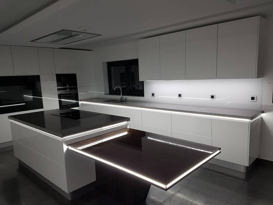 Cozinha Modelo Lacado Branco Brilho por Paulo Cardoso - Móveis por Medida, Lda. Moderno MDF