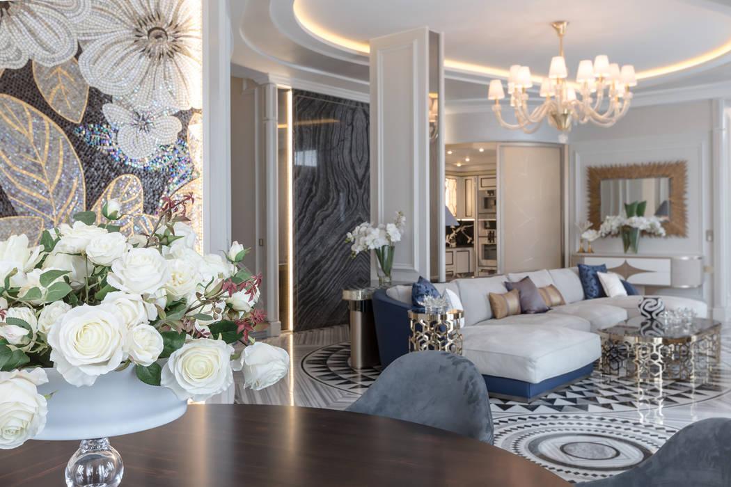 Atmosphere of luxury and comfort in the interior of a villa in Monaco.: Soggiorno in stile in stile Classico di NG-STUDIO Interior Design