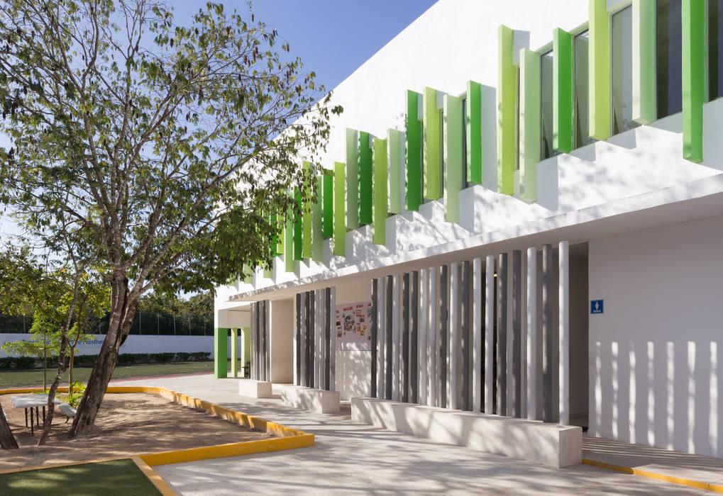 britt academy playa del carmen: Estudios y oficinas de estilo  por Daniel Cota Arquitectura   Despacho de arquitectos   Cancún