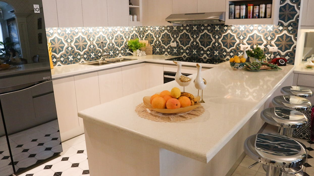 White Sapphire Quartz Kitchen Countertop at the Viridian in Greenhills:  Kitchen by Stone Depot, Classic