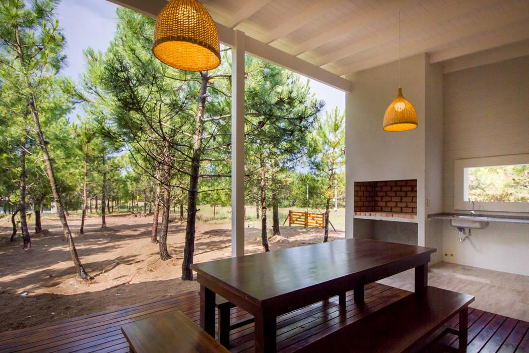 Casa modular en el barrio de Costa Esmeralda Jardines modernos: Ideas, imágenes y decoración de JOM HOUSES Moderno