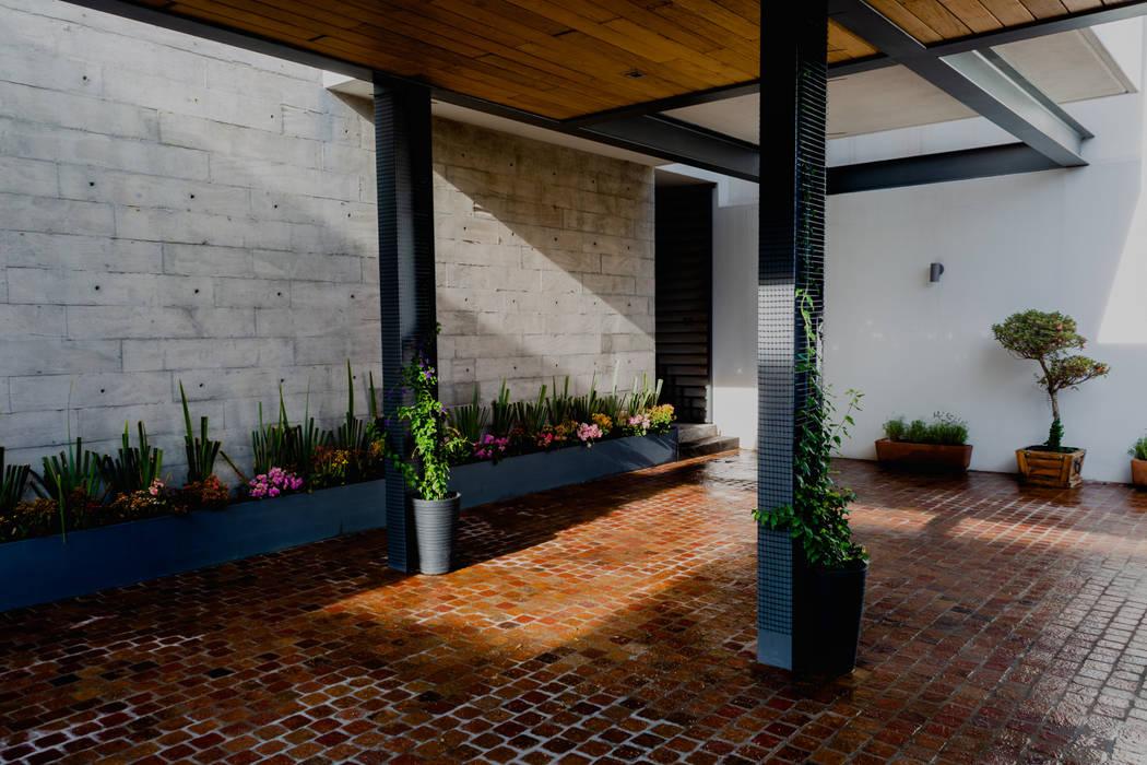 Carport oleh GRUPO VOLTA, Modern Beton