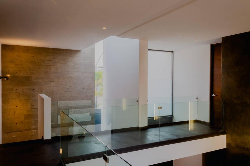 PASILLO CENTRAL Pasillos, vestíbulos y escaleras de estilo moderno de GRUPO VOLTA Moderno