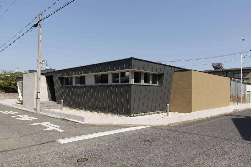 現代房屋設計點子、靈感 & 圖片 根據 toki Architect design office 現代風 金屬