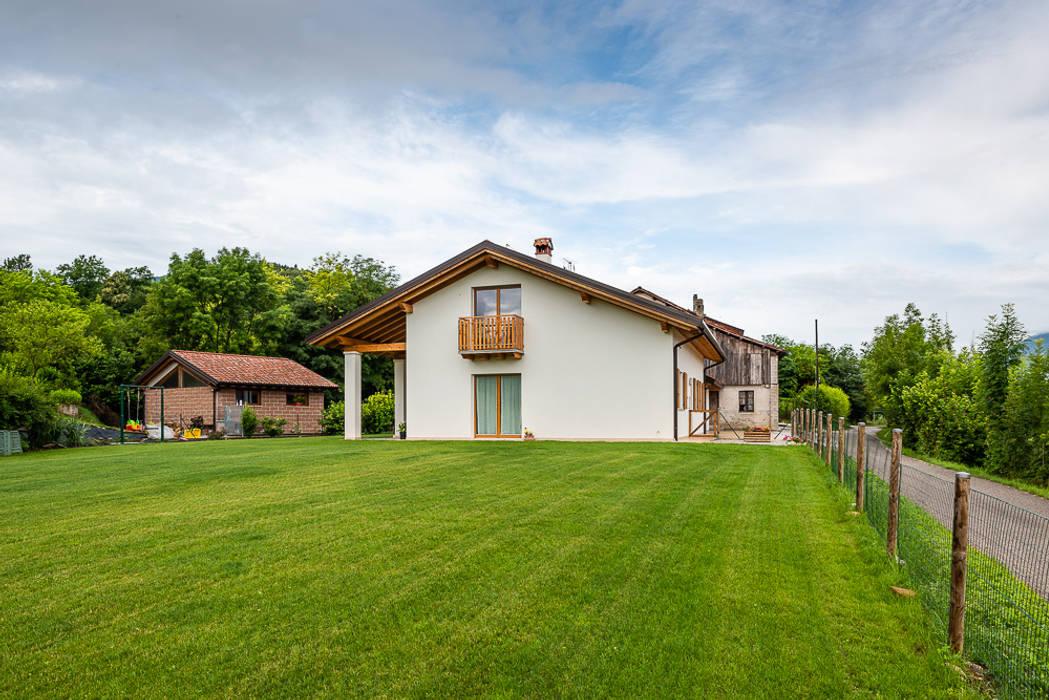 Abitazione in stile classico: Casa prefabbricata  in stile  di Woodbau Srl, Classico Legno Effetto legno