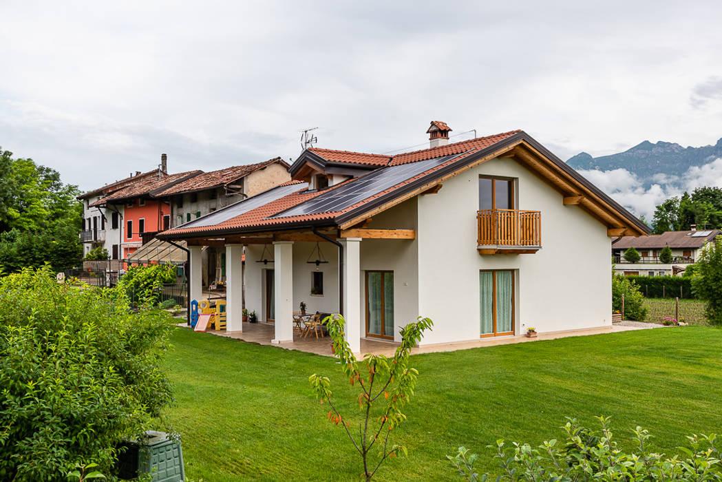 Abitazione in stile classico: Casa di legno in stile  di Woodbau Srl