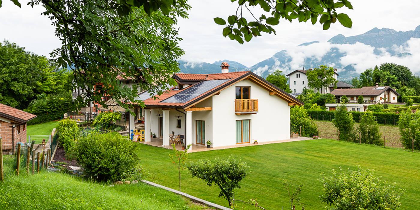 Abitazione in stile classico: Casa unifamiliare in stile  di Woodbau Srl
