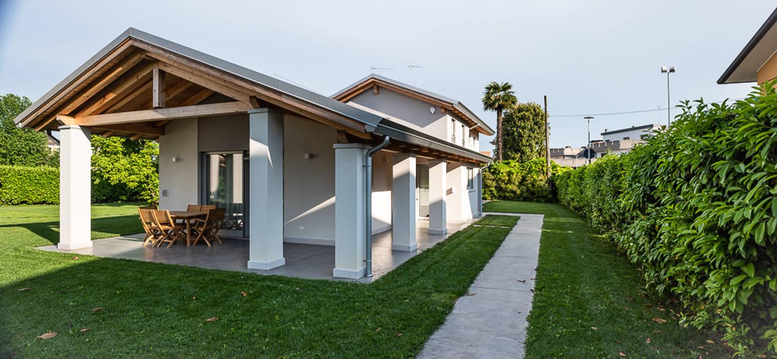 Ampio patio esterno: Case in stile In stile Country di Woodbau Srl