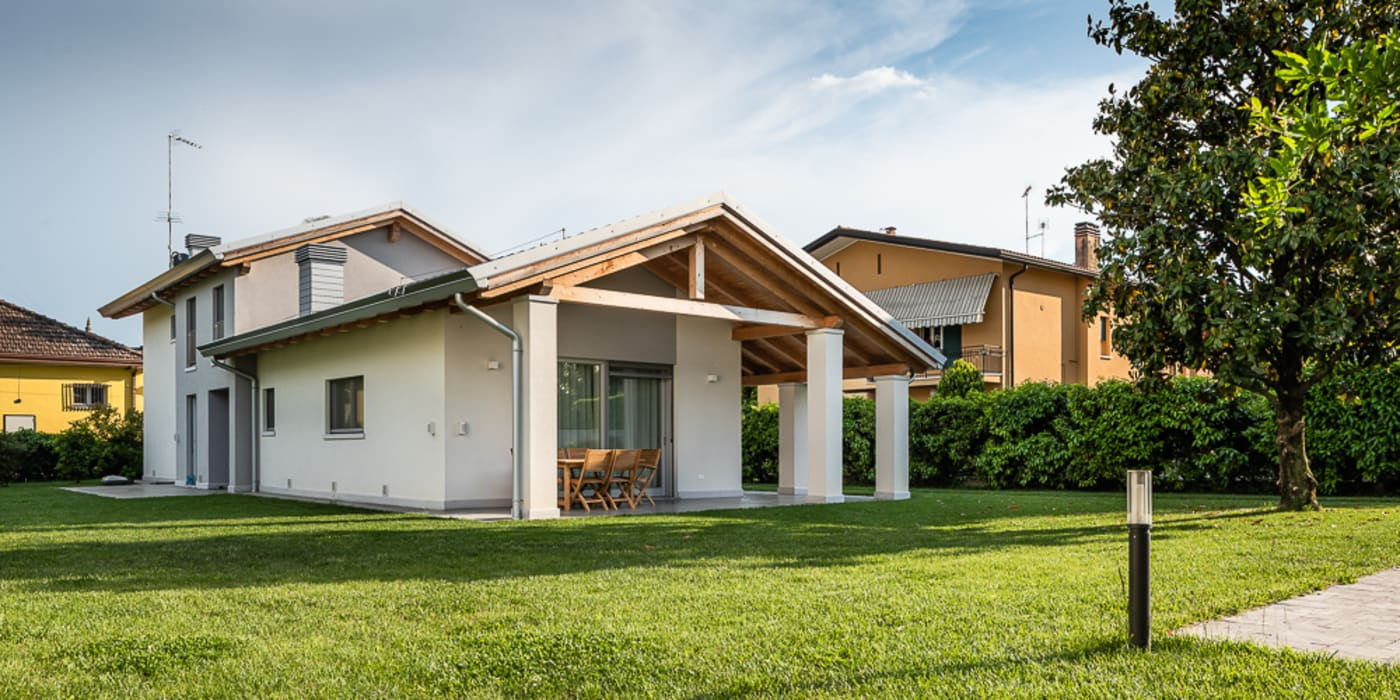 Portico e capriata casa di legno in stile di woodbau srl for Ville con portico in legno