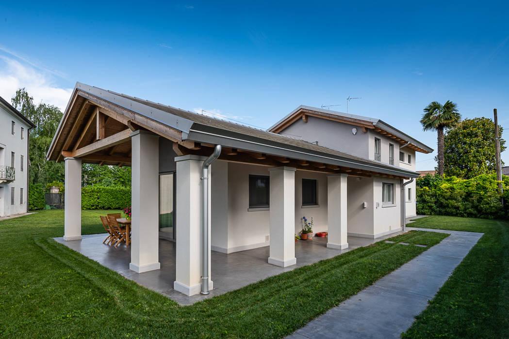 Portico e colonne: Casa unifamiliare in stile  di Woodbau Srl