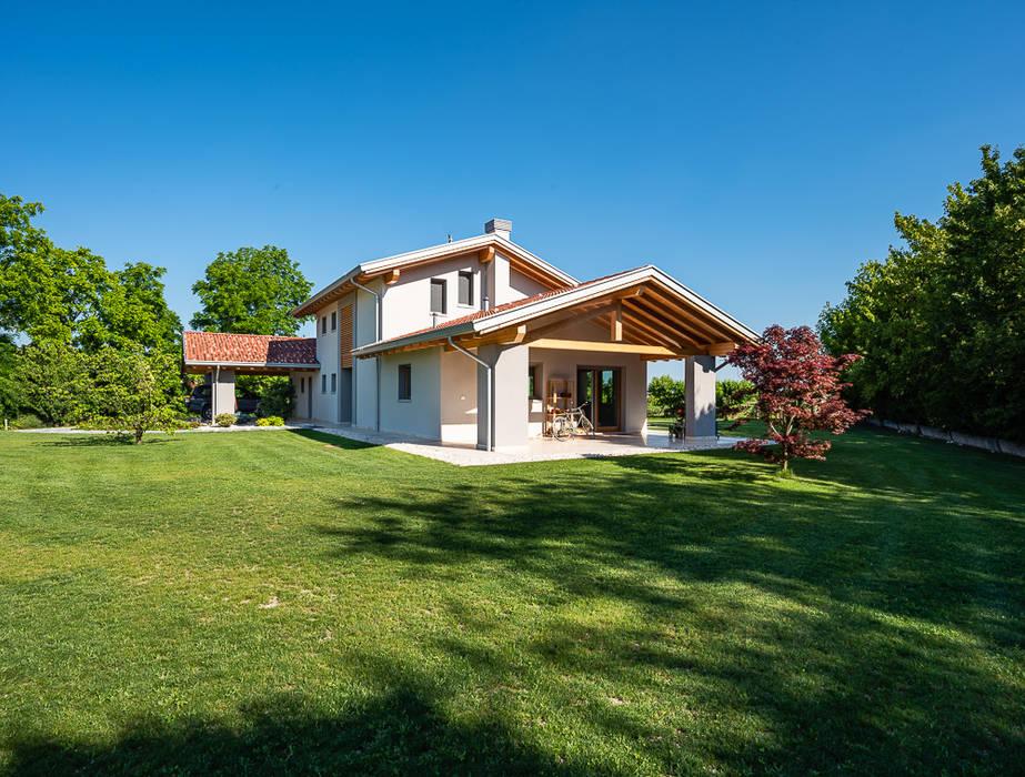 Ampio portico: Casa di campagna in stile  di Woodbau Srl