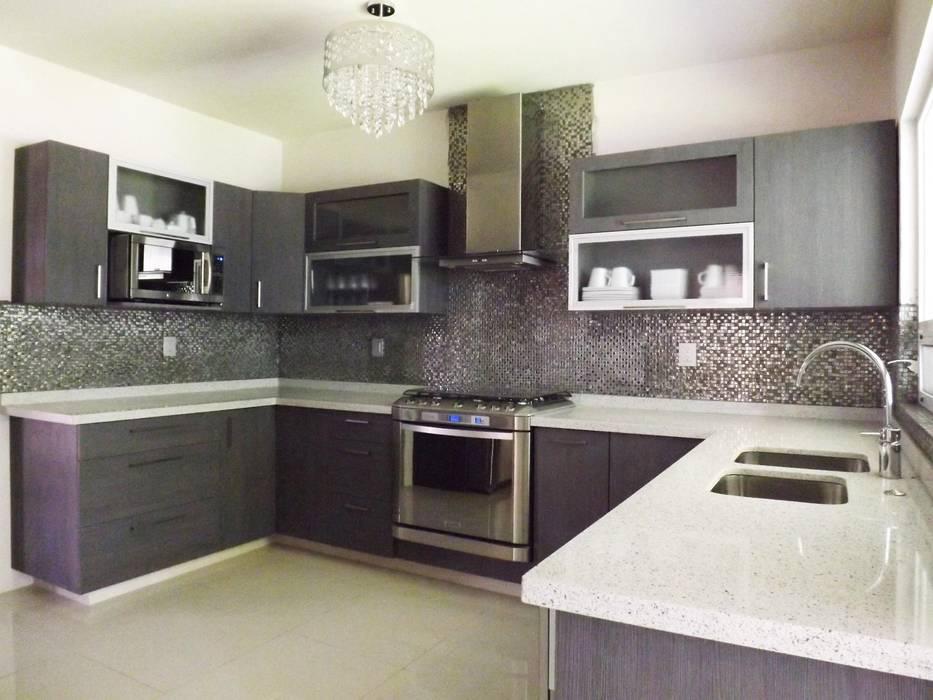 Cocina minimalista gris con cubierta de cuarzo K+A COCINAS Y ACABADOS DE MONTERREY SA DE CV Cocinas equipadas Aglomerado Gris