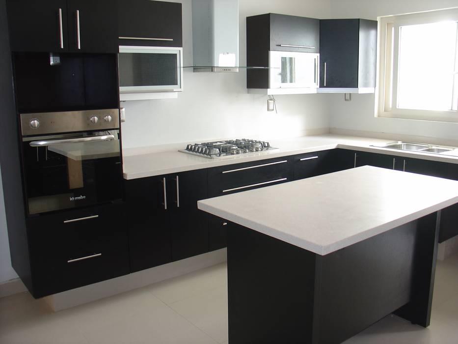 Cocina minimalista en color chocolate y cubierta de resina cocinas equipadas de estilo por k a - Acabados de cocinas ...