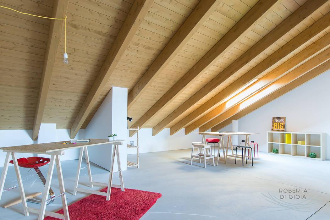 Appartamento in cantiere senza rivestimenti e porte: Studio in stile in stile Moderno di Home Staging & Dintorni