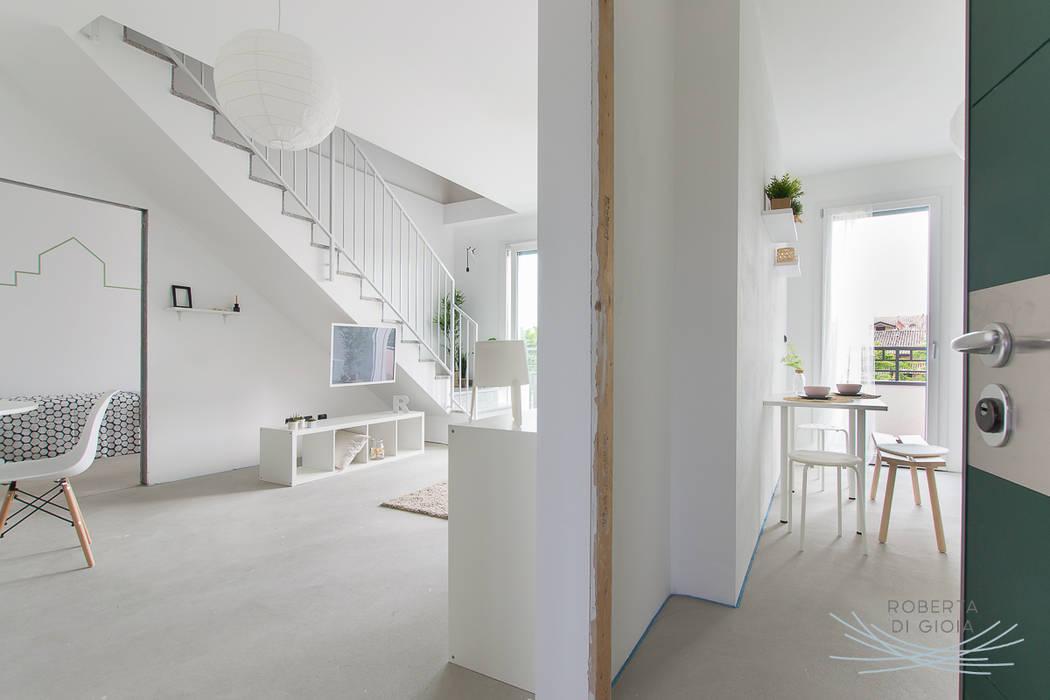 Appartamento in cantiere senza rivestimenti e porte: Ingresso & Corridoio in stile  di Home Staging & Dintorni