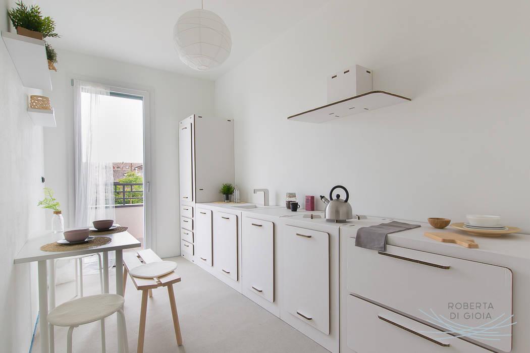 Appartamento in cantiere senza rivestimenti e porte: Cucina in stile in stile Moderno di Home Staging & Dintorni