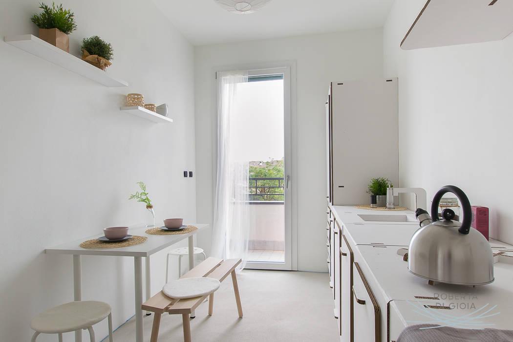 Appartamento in cantiere senza rivestimenti e porte: Cucina in stile  di Home Staging & Dintorni