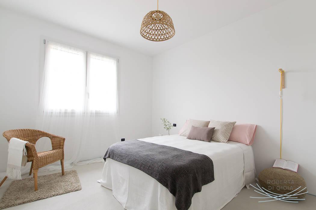 Appartamento in cantiere senza rivestimenti e porte: Camera da letto in stile  di Home Staging & Dintorni