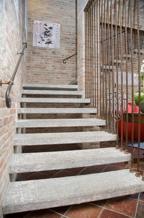 Scala interna in Pietra di Luserna bocciardata: Hotel in stile  di Canalmarmi e Graniti snc