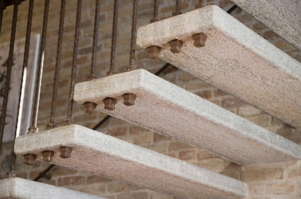 Dettaglio gradini in Pietra di Luserna: Hotel in stile  di Canalmarmi e Graniti snc