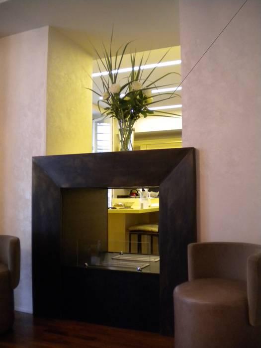 Camino in corten: Sala da pranzo in stile in stile Moderno di Formarredo Due design 1967