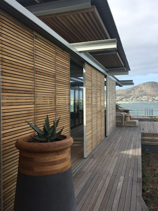 Timber Deck & Screens:  Single family home by Van der Merwe Miszewski Architects, Modern Solid Wood Multicolored