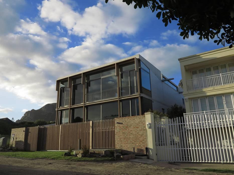Street Elevation:  Single family home by Van der Merwe Miszewski Architects, Modern Glass