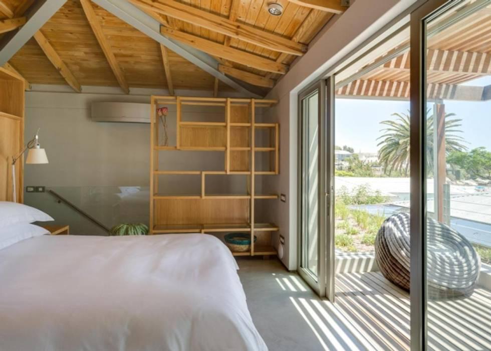 Main Bedroom & Deck:  Bedroom by Van der Merwe Miszewski Architects, Modern Wood Wood effect